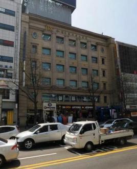 종각역 4번 출입구 앞 대로변 (병원,학원,고객센터 추천)