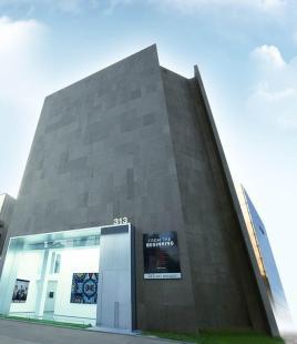 도산공원 입구 코너에 위치한 전시판매장 용도1,2층