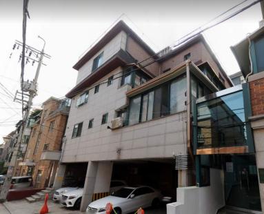 논현동 주택가 중심에 단단하게 잘 지어진 빌라건물, 장기 입주자